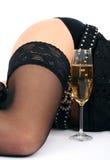 Schöne Hüften und Champagnerglas stockfotografie