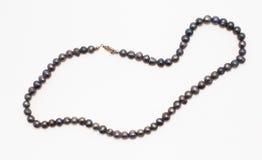 Schöne Halskette gemacht von den schwarzen echten Perlen stockfotos