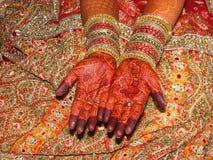 Schöne Hand der indischen Braut mit Hennastrauchtätowierung Stockbild