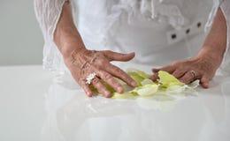Schöne Hand mit perfekter französischer Maniküre auf behandeltem Nägel hol Stockfotografie