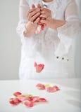 Schöne Hand mit perfekter französischer Maniküre auf behandeltem Nägel hol Lizenzfreie Stockfotos