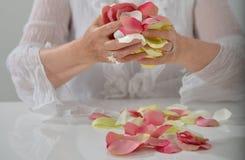 Schöne Hand mit perfekter französischer Maniküre auf behandeltem Nägel hol Lizenzfreie Stockbilder