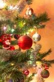 Schöne handgemachte Glaskugel auf Weihnachtsbaum Stockbild
