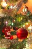 Schöne handgemachte Glaskugel auf Weihnachtsbaum Stockfotos