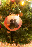 Schöne handgemachte Glaskugel mit Tieren auf Weihnachtsbaum Stockbilder