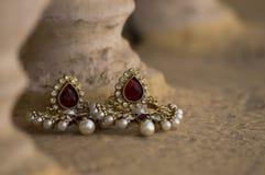 Schöne handgemachte Ohrringe, das Frauen macht, schauen schön Stockfoto