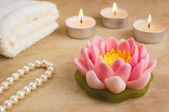 Schöne handgemachte Seife geformt wie Lotosblume Brennende Kerze Lizenzfreie Stockfotos
