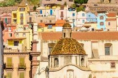 Schöne Haube auf Hintergrund von bunten Gebäuden von Bosa, Sardinien, Italien Stockbilder