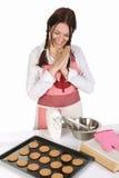 Schöne Hausfrau mit abgeschlossenen Kuchen Stockfotos