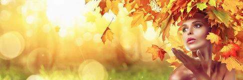 Schöne Hautecouture-Frau in Autumn With Falling Leaves lizenzfreie stockbilder