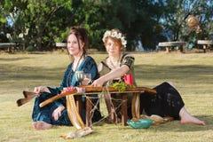 Schöne heidnische Frauen am Altar Stockfoto