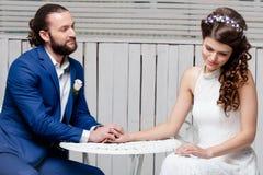Schöne heiratende Bräute lizenzfreies stockbild