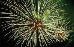 Schöne helle Farben und Formen der Feuerwerke lizenzfreie stockfotos