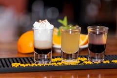 Schöne, helle Frühlingsommer-Cocktails machten von frisch zusammengedrückten Obst und Gemüse von, auf einem Dachbodenhintergrund lizenzfreie stockbilder