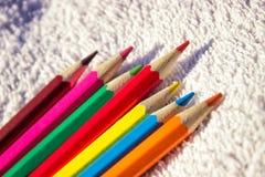 Schöne helle hölzerne Bleistifte für das Zeichnen auf einen hellen Hintergrund an einem sonnigen Tag Kopieren Sie Platz Lizenzfreie Stockbilder