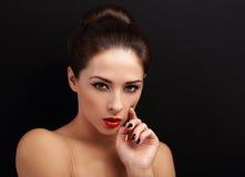 Schöne helle Make-upfrau, die mit rotem Lippenstift sexy schaut Stockfotos