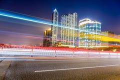 Schöne helle Spuren des Stadtverkehrs nachts Stockbild