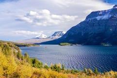 Schöne Herbstansicht des Gehens zur Sun-Straße im Glacier Nationalpark, Montana, Vereinigte Staaten lizenzfreie stockfotos