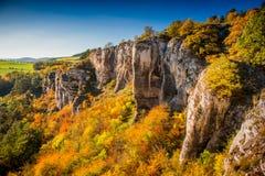 Schöne Herbstbäume der Felsenlandschaft Stockbild
