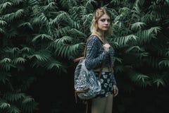 Schöne Herbstfrau, die Tasche gegen Blätter hält Lizenzfreie Stockbilder