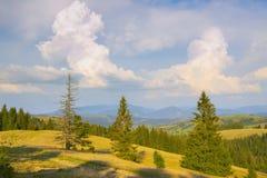 Schöne Herbstlandschaft in den Bergen Karpaten, Ukraine Stockfotografie