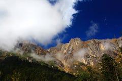 Schöne Herbstlandschaft im Hailuogou-Gletscherpark Lizenzfreies Stockfoto