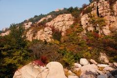 Schöne Herbstlandschaft Laoshan-Berges von China Stockfotos
