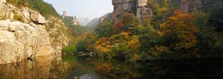 Schöne Herbstlandschaft Laoshan-Berges von China Lizenzfreie Stockbilder
