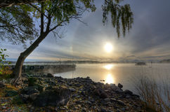 Schöne Herbstlandschaft von schwedischem See morgens Lizenzfreie Stockbilder