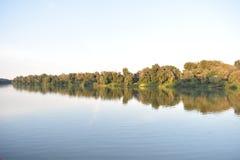 Schöne Herbstnatur nahe Fluss Stockfoto
