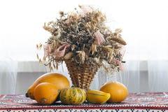 Schöne Herbstzusammensetzung des Korbes mit den heilenden Kräutern getrocknet stockbilder