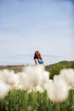 Schöne herrliche attraktive Frau auf dem Blumengebiet Stockfotografie