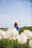 Schöne herrliche attraktive Frau auf dem Blumengebiet Stockfotos