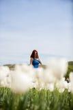 Schöne herrliche Frau auf dem Gebiet der weißen Blume Lizenzfreies Stockfoto