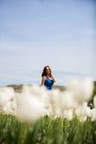 Schöne herrliche Frau auf dem Gebiet der weißen Blume Lizenzfreie Stockfotos