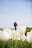 Schöne herrliche Frau auf dem Gebiet der weißen Blume Lizenzfreie Stockfotografie