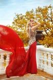 Schöne herrliche sexy Frau im roten Kleid der eleganten Meerjungfrau mit Stockbild