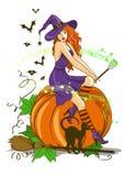 Schöne Hexe, die auf dem Kürbis sitzt Stockfotografie