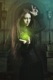Schöne Hexe, die einen Bann wirft Stockfotos