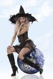 Schöne Hexe gekleidetes sehr reizvolles Lizenzfreies Stockfoto