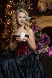 Schöne Hexe im dunklen Kleid Stockfotografie