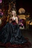 Schöne Hexe im dunklen Kleid Stockbilder