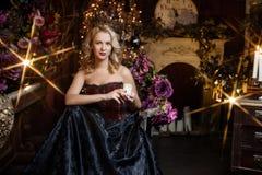 Schöne Hexe im dunklen Kleid Lizenzfreies Stockfoto