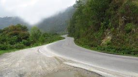 Schöne Himalajalandstraße lizenzfreie stockbilder