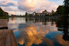 Schöne Himmelreflexionen auf Emajogi-Fluss in Tartu Stockbilder