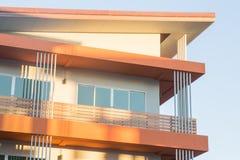 Schöne Himmelschattierung auf Neubau Stockbilder