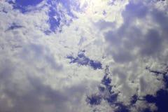 Schöne Himmelwolken, Himmel mit Wolken und Sonne Stockbilder