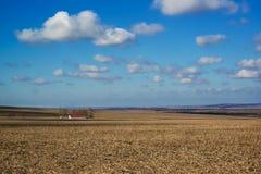 Schöne himmlische Landschaft über Bauernhoffeldern im Vorfrühling Stockbilder