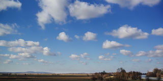 Schöne himmlische Landschaft über den Feldern im Vorfrühling Stockfoto