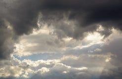 Schöne himmlische Landschaft mit der Sonne in den Wolken Lizenzfreies Stockfoto